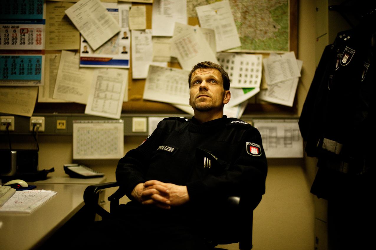 Es ist 21.46 Uhr. Der Dienststellenleiter des Polizeikommissariats 17 Klaus Storr hat im Hamburger Stadtteil Rotherbaum noch ca. 8 Stunden Arbeit vor sich. Der 12-Stundendienst fängt mit Hafengeburtstagsfreunden in der Ausnüchterungszelle an. Es wird eine unruhige Nacht erwartet.