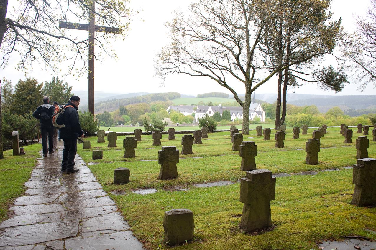 Dokumentation: Der Ehrenfriedhof vor der Abtei Mariawald (414 namentlich bekannte Tote des 2. Weltkriegs ruhen hier). Im Bild: Klaus Fröhlich.