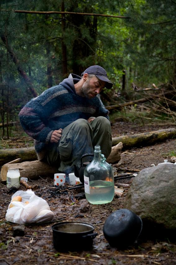 Kai beim Frühstück. Er und Katrin essen und kochen möglichst unter freiem Himmel. Kai beschreibt ihr Leben als eine Art des Dauercampens. Auch eine der Gemeinschaftsküchen befindet sich im Freien.