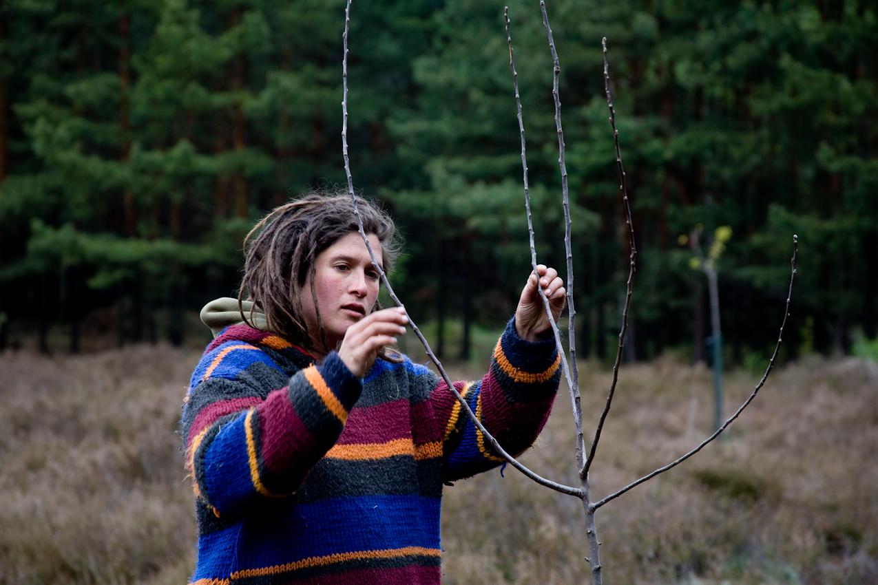 Katrin bei der Kontrolle der vor zwei Jahren gepflanzten Obstbäume.