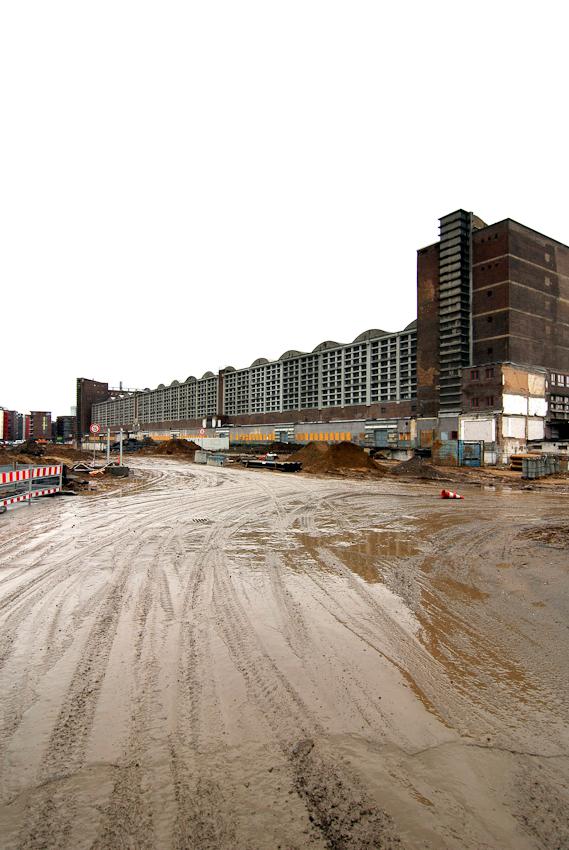 Die Momentaufnahme am 7. Mai 2010 zeigt die ehemalige Großmarkthalle in Frankfurt und das umgebende Gelände. Die denkmalgeschützte Halle von Martin Elsaesser aus dem Jahr 1928 wird in den Neubau der Europäischen Zentralbank integriert.