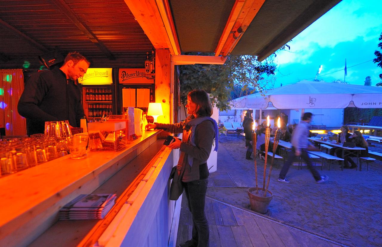 """""""Schönwetter"""" - Lounge, Club, Bar, im Hintergrund Flutlichtmast des Cantian-Stadions."""