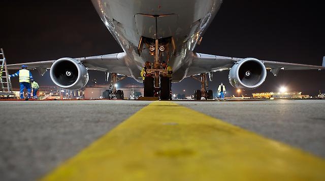 Frachtflugzeug erreicht Entladeposition