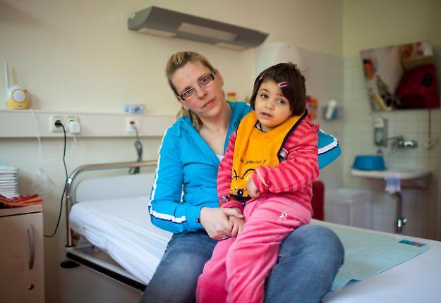 Ein Tag im Leben der 6-jährigen Milena. Milena, hier mit ihrer Mama in ihrem Krankenhauszimmer, ist nach einem Unfall schwer hirngeschädigt und wird in der HELIOS Klinik Geesthacht stationär behandelt.